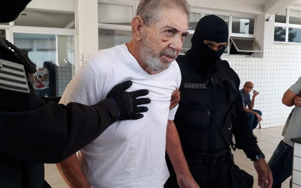 João de Deus, ao chegar a hospital em Aparecida de Goiânia para se submeter a exames, no último dia 23 — Foto: Renata Costa/TV Anhanguera