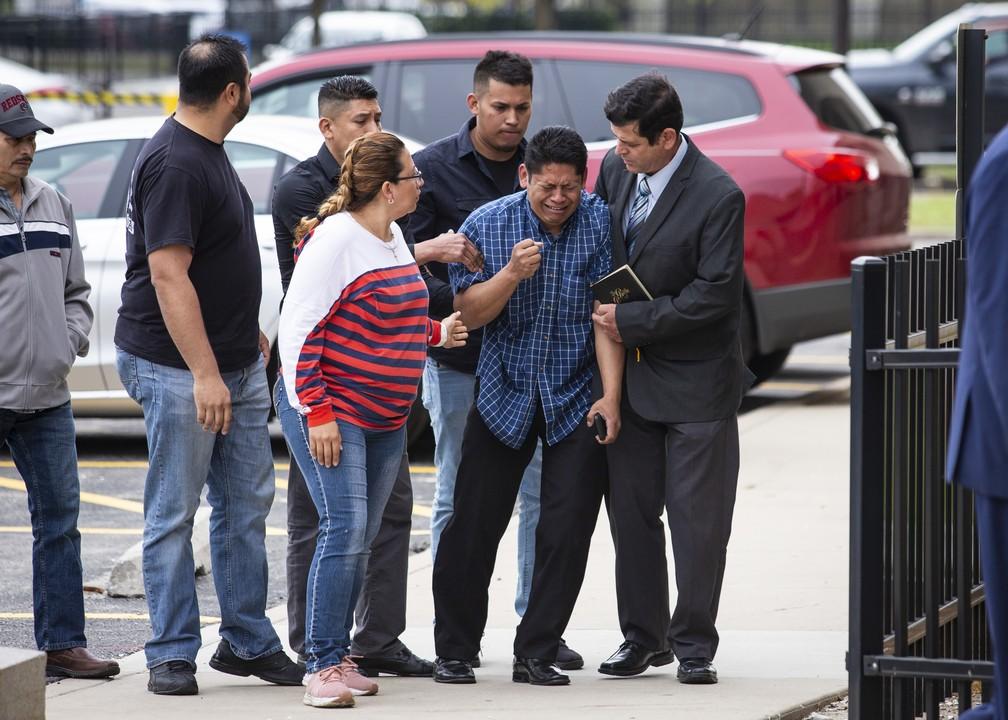 O pai de Marlen, Arnulfo Ocha, a caminho do local onde identificaria o corpo da filha. — Foto: Ashlee Rezin/Chicago Sun-Times via AP