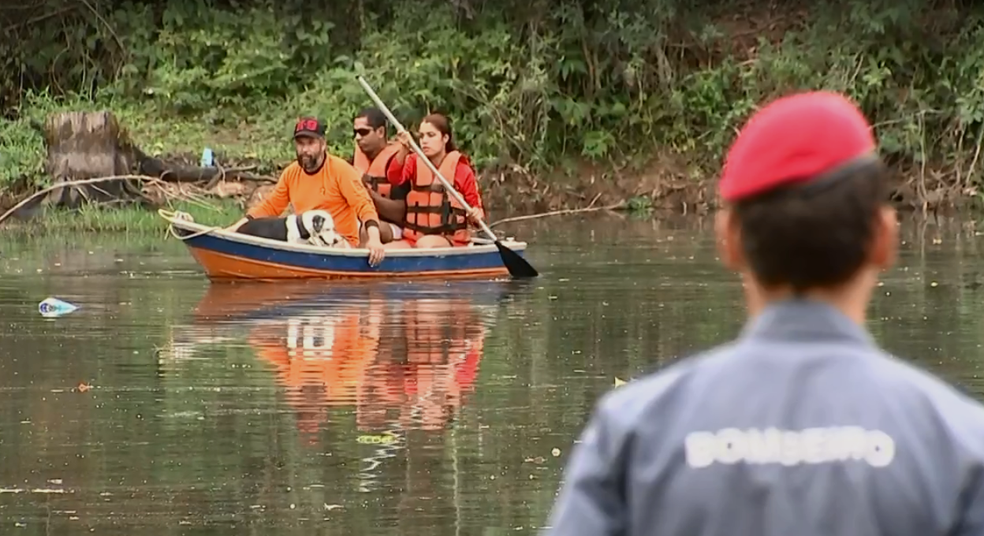 Buscas por adolescente desaparecida também foram feitas em rio em Araçariguama (Foto: TV TEM/Reprodução)