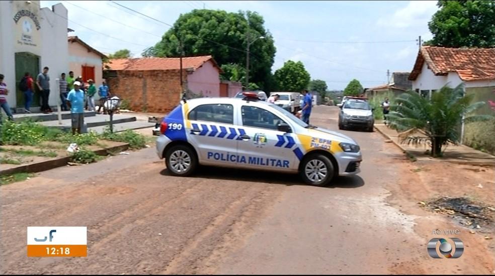 Corpo foi deixado no meio de rua em Araguaína — Foto: Reprodução/TV Anhanguera