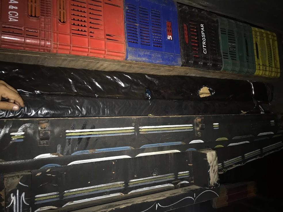 Durante a desmontagem, policiais civis encontraram drogas e armamento em caminhão apreendido em Juiz de Fora — Foto: Polícia Civil/Divulgação