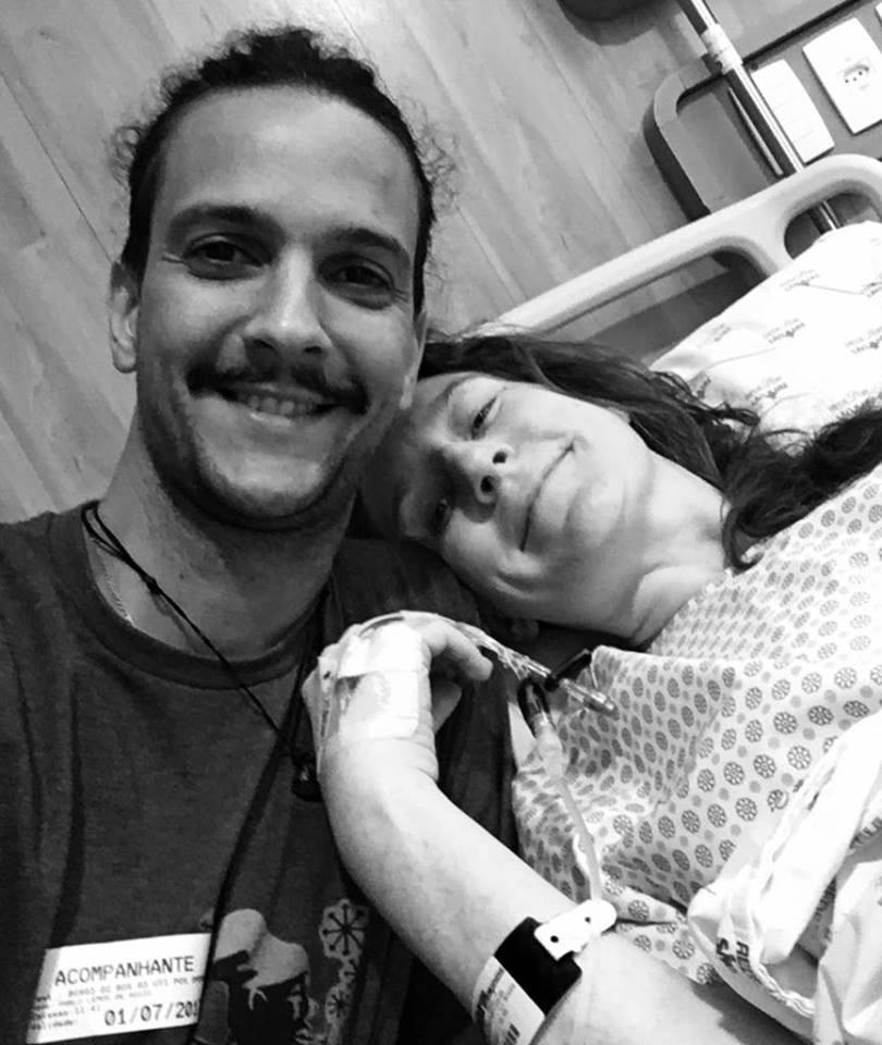 Pablo e Amanda posam, ainda no hospital, após a cirurgia
