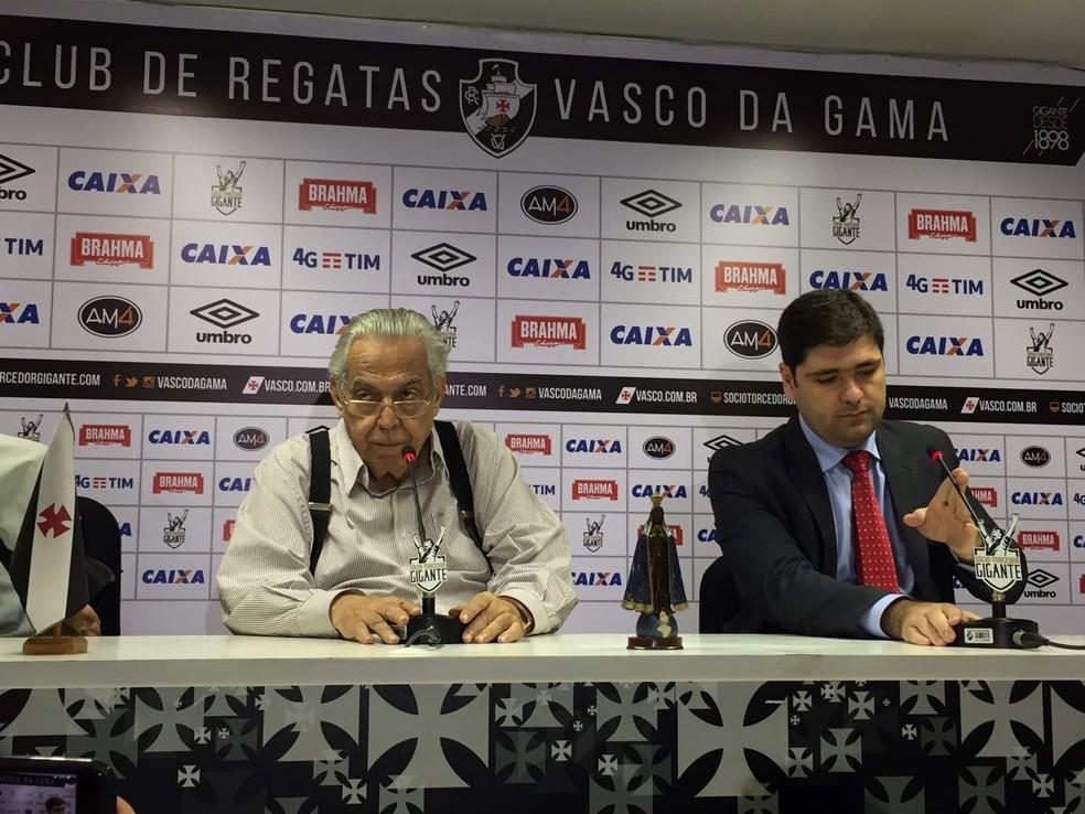 Eurico Miranda concede coletiva, acompanhado de Leonardo Rodrigues, diretor jurídico do Vasco (Foto: Fred Huber / GloboEsporte.com)