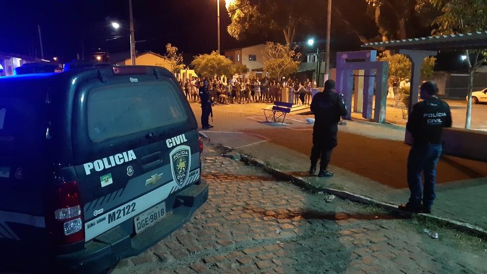 Polícia Civil isola área do crime que acontecem em Macaíba, na Grande Natal, na noite desta segunda-feira (25) — Foto: Sérgio Henrique Santos/Inter TV Cabugi