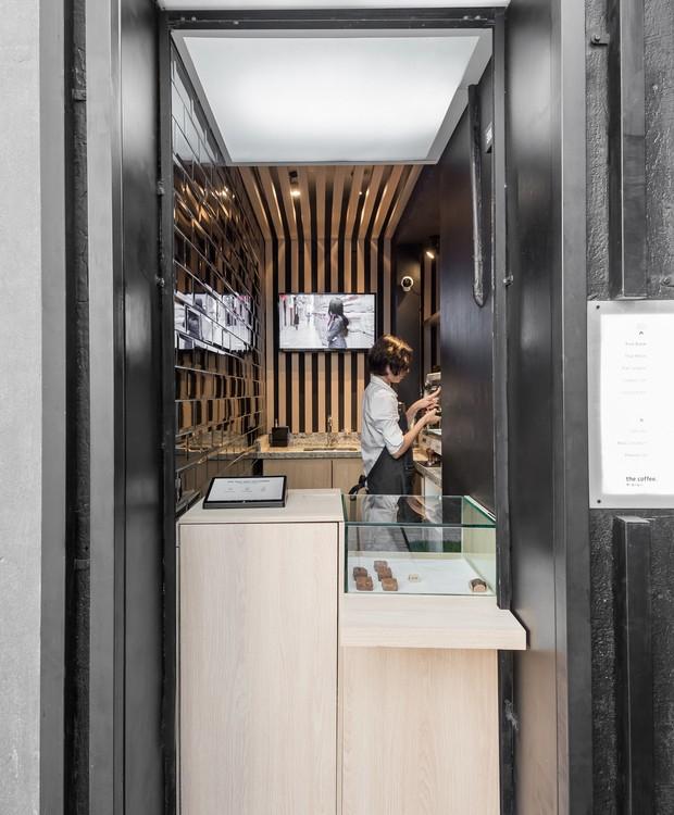 Espaço de 3 m² abriga todos os equipamentos de uma cafeteria de alto padrão (Foto: Eduardo Macarios )