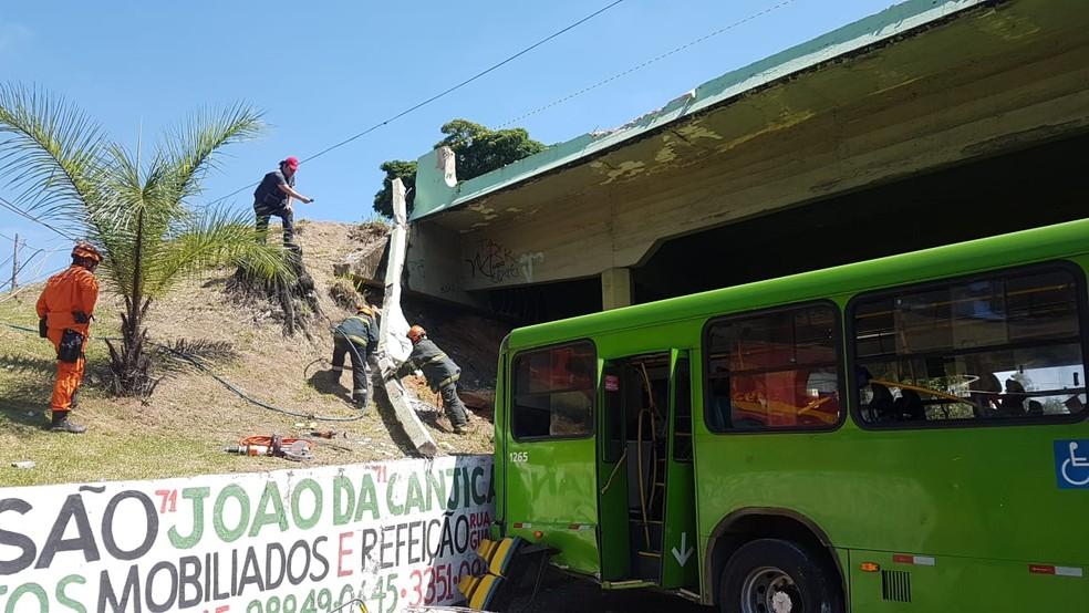 Na queda, mureta de proteção de viaduto foi quebrada — Foto: Flávia Cristini/G1