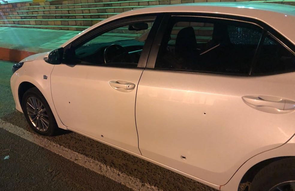 Tiros atingiram carro com os jogadores.  (Foto: Reprodução/TVM)