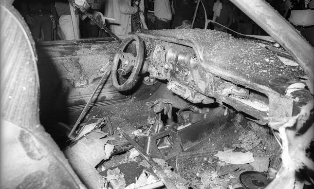 O interior do Puma GTE após a retirada do corpo de Rosário, na noite do atentado