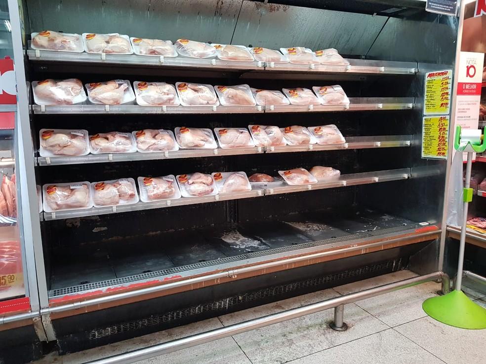 Estoque de frios está no fim em supermercados de Maceió que recebem carregamento do Recife (Foto: Cau Rodrigues/G1)