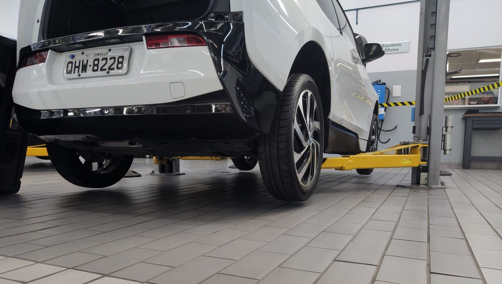 Electric car lift has free base - Photo: André Paixão / G1