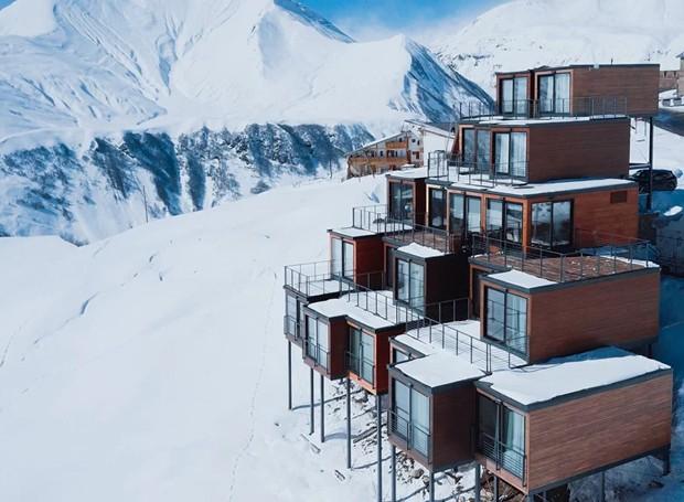 As cabines de madeira lembram chalés no meio da neve (Foto: Quadrum/ Reprodução)