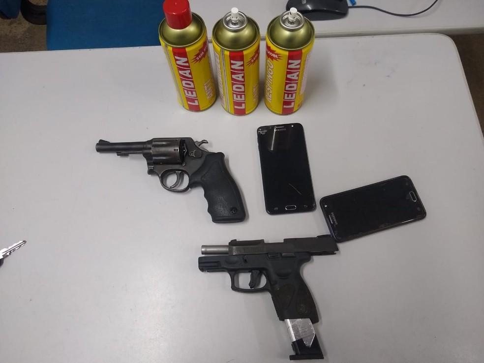 Duas armas e alucinógenos foram apreendidos em festa na Grande Fortaleza. — Foto: Polícia Militar