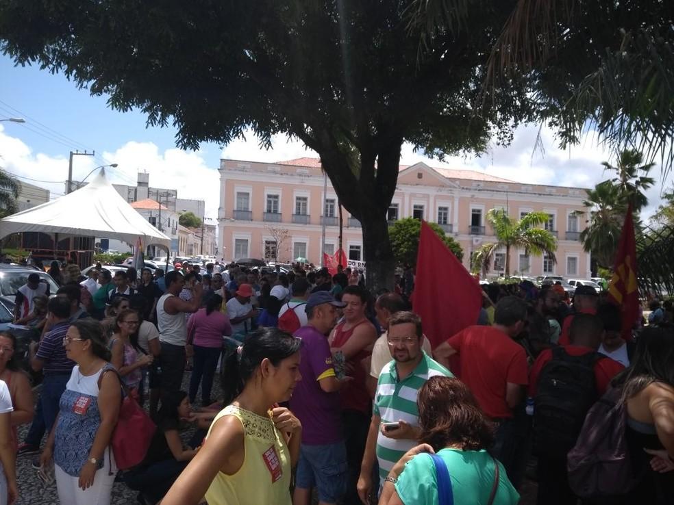 Manifestantes se concentram na praça 7 de setembro, em frente à Assembleia Legislativa do RN  (Foto: SindsaúdeRN)