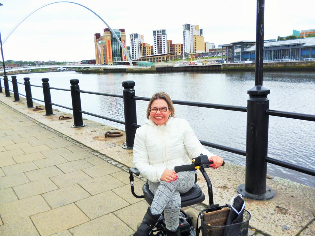 Laura Martins dirigindo uma scooter Newcastle upon Tyne, na Inglaterra durante intercâmbio. — Foto: Laura Martins/Arquivo pessoal