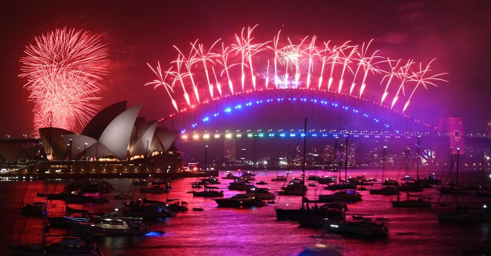 Harbour Bridge e Opera House são cenário de queima de fogos durante chegada de 2020 na Austrália  — Foto: PETER PARKS / AFP