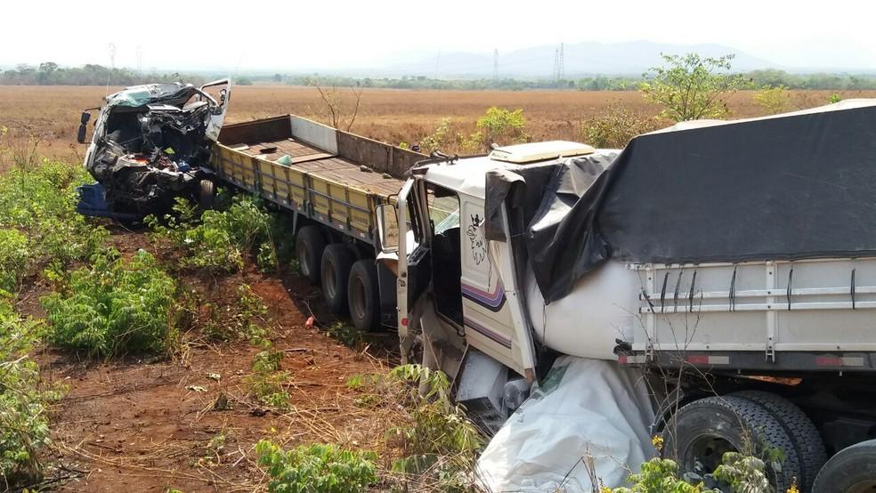 Motorista morre após acidente com três caminhões na BR-153 — Foto: PRF/Divulgação