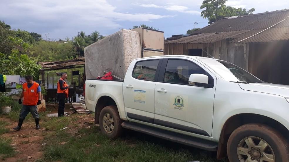 Quarta família é retirada de área ribeirinha de risco em Porto Velho  — Foto: Iule Vargas/ Rede Amazônica