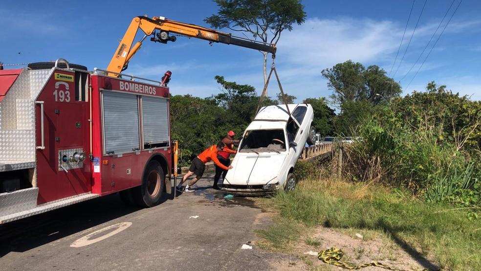 Carro que caiu dentro de rio foi retirado da água nesta terça-feira (15); 6 pessoas morreram e 1 criança está desaparecida — Foto: Ana Carolini Mota/Inter TV RJ