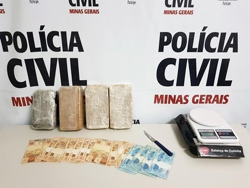 Material e dinheiro apreendidos estavam com mulher de 29 anos que foi levada para o presídio de Poços de Caldas (MG) (Foto: Polícia Civil)