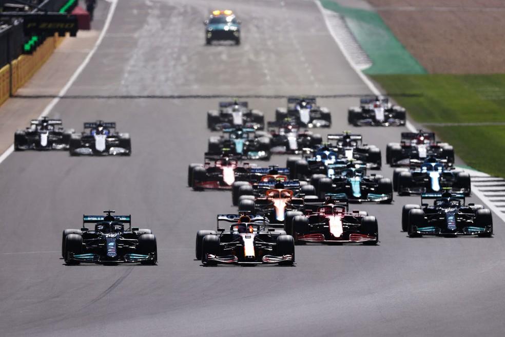 Lewis Hamilton e Max Verstappen protagonizaram largada intensa no GP da Inglaterra — Foto: Lars Baron/Getty Images