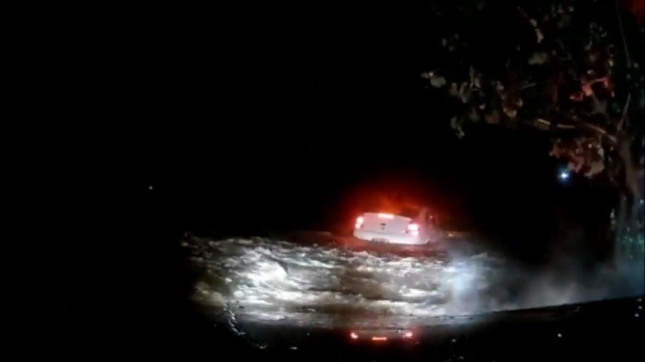 Vídeo mostra perseguição e momento em que carro com mais de 160 kg de maconha cai em lagoa na Grande Natal - Notícias - Plantão Diário