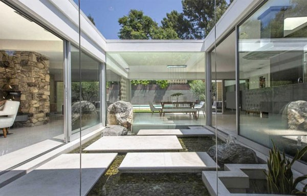 Localizada na Nichols Canyon Road, em Hollywood Hills, a casa de estilo moderno foi originalmente construída em 1959 (Foto: Reprodução)
