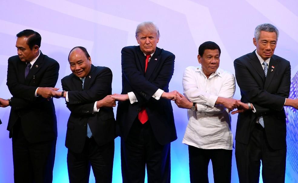 Premiês Prayut Chan-o-Cha (Tailândia) e Nguyen Xuan Phuc (Vietnã), presidentes Donald Trump (EUA) e Rodrigo Duterte (Filipinas), premiê Lee Hsien Loong (Cingapura) se encontraram na cúpula da Associação de Nações do Sudeste Asiático (ASEAN), nesta segunda-feira (13)  (Foto: Manan Vatsyayana/ Reuters)