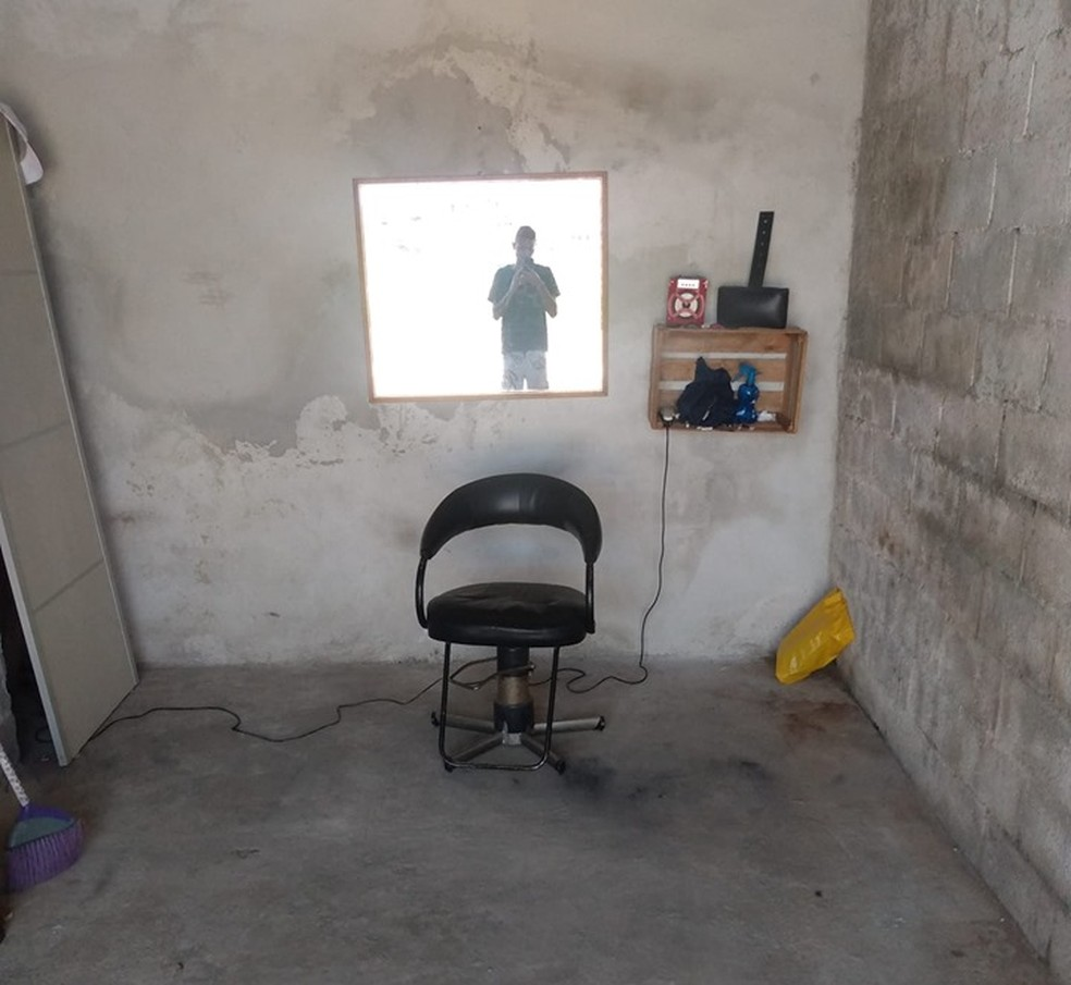 Morador de Jacareí montou a barbearia na garagem de casa  — Foto: Arquivo Pessoal