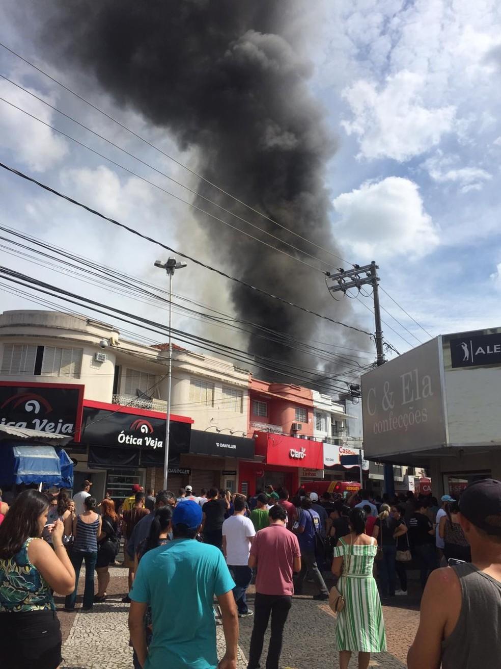 Moradores acompanham loja que pegou fogo em Araçatuba — Foto: Arquivo Pessoal