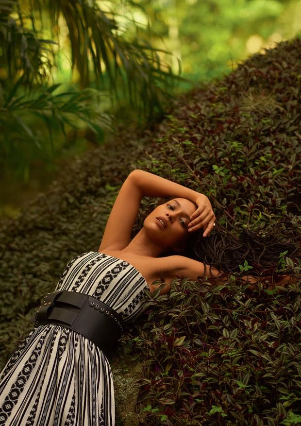 Vestido e cinto, ambos Dior. Anel, R$ 1.690, Monte Carlo  (Foto: Zee Nunes)