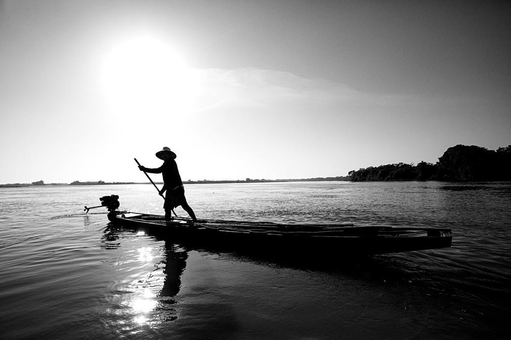Pescador no Rio Paraguai, no Mato Grosso do Sul, em agosto de 2021 — Foto: Ricardo Martins