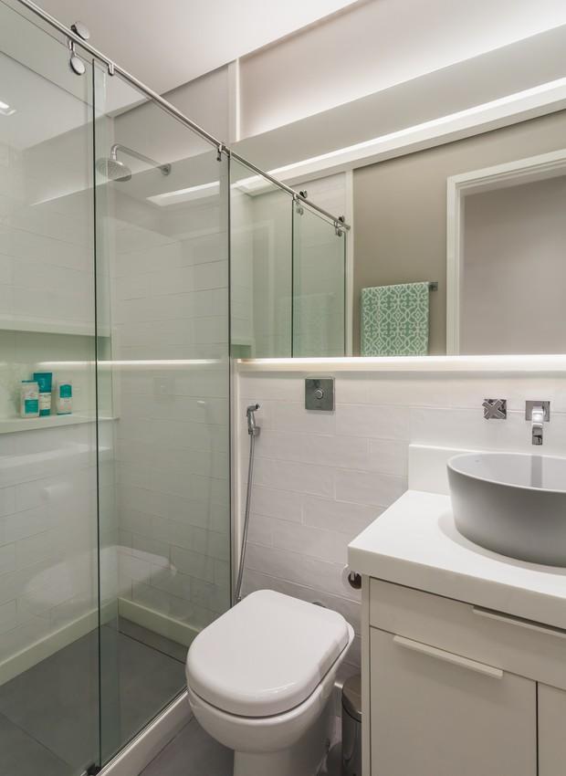 A meia parede de azulejos foi a solução para reduzir o custo, sem comprometer a estética. No banheiro, as áreas úmidas chegam até o rodameio de mármore, não comprometendo a pintura acima (Foto: Divulgação)