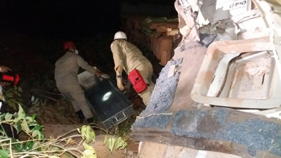 Corpo de motorista foi resgatado pelos bombeiros após horas de trabalho (Foto: Corpo de Bombeiros de MT/Divulgação)