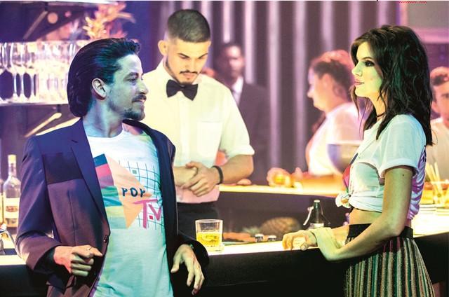 Jesuíta Barbosa e Camila Queiroz gravam a cena de 'Verão 90' (Foto: Victor Pollak/TV Globo)