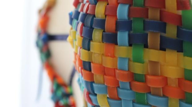 A designer faz as joias em parceria com comunidades locais (Foto: Divulgação)