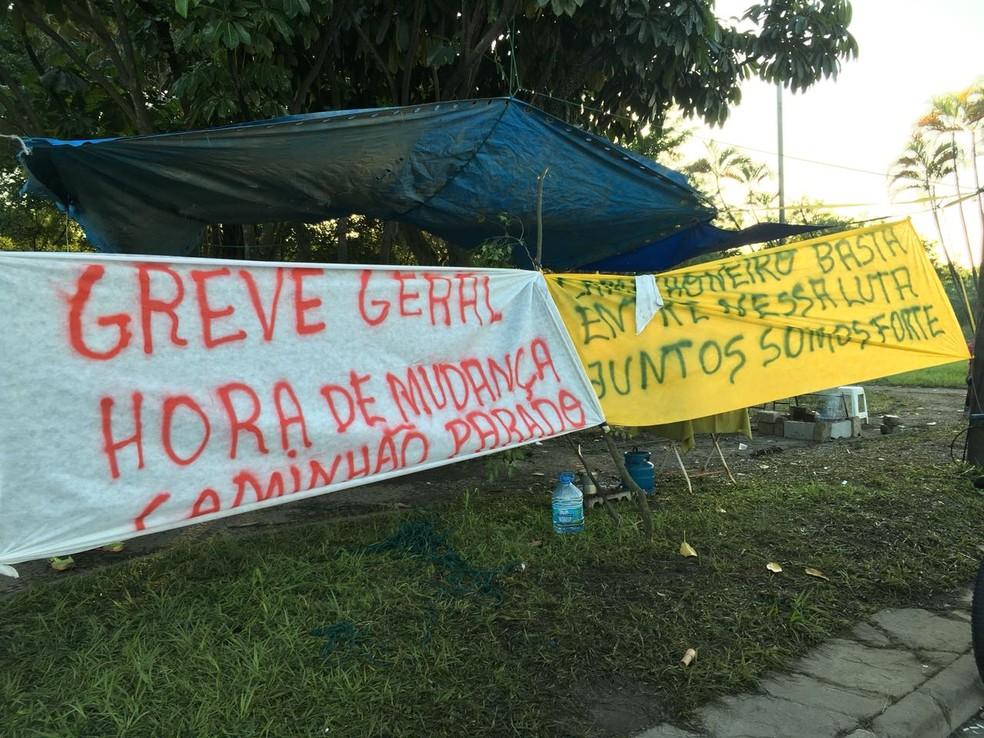 Caminhoneiros fazem protesto no acesso ao Porto de Santos, SP. (Foto: Solange Freitas/G1)
