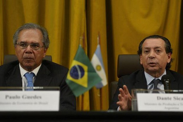 Paulo Guedes e o cara da Argentina (Foto: Tânia Rêgo/Agência Brasil)
