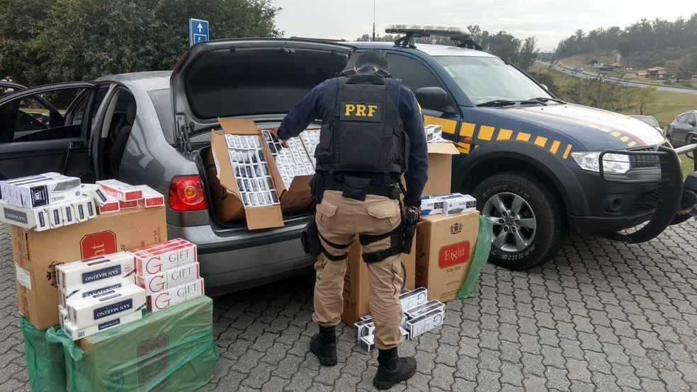 Dupla é presa com 5,4 mil maços de cigarros contrabandeados na Dutra (Foto: Divulgação/ Polícia Rodoviária Federal)