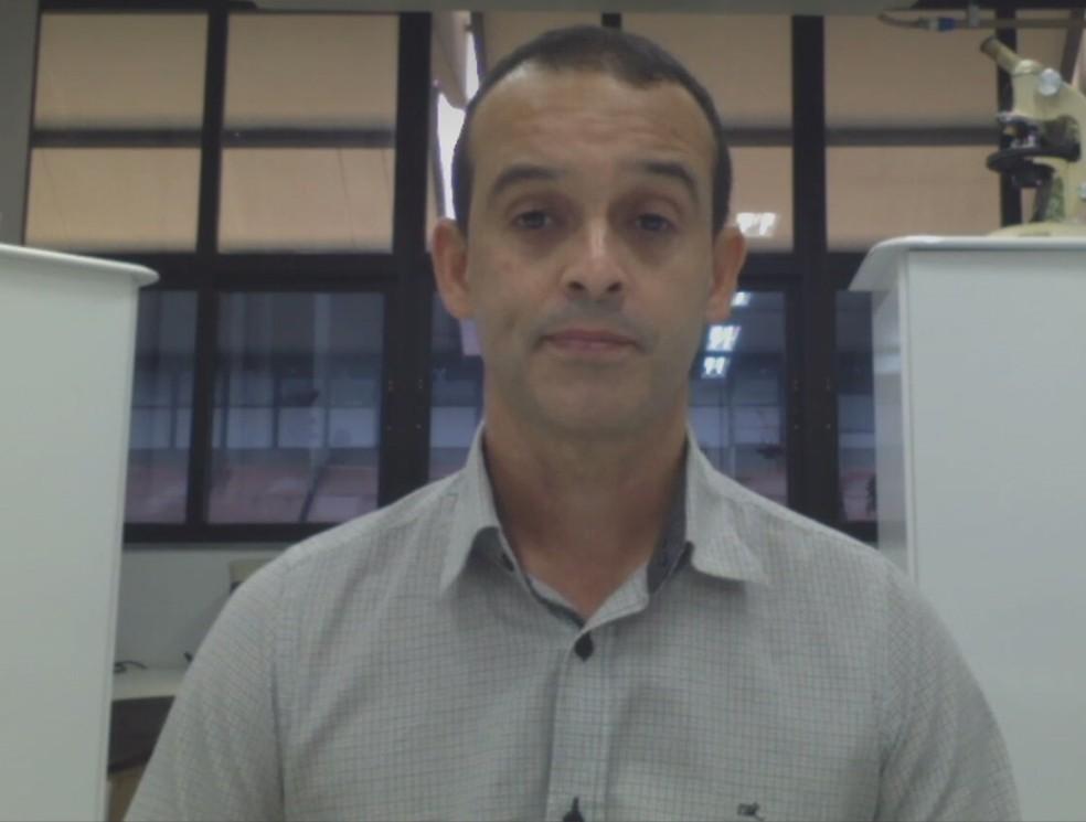 Virologista da UFMG, Renato Santana, destaca importância de medidas preventivas para frear transmissão do coronavírus e surgimento de variantes — Foto: Reprodução/ TV Globo