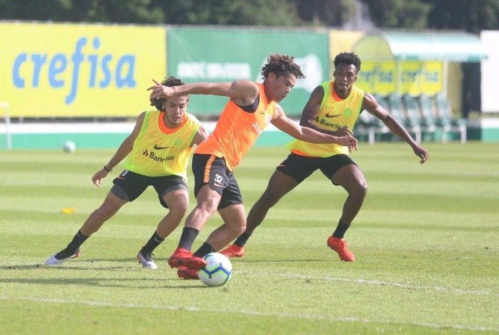 Nonato e Rithely cercam Camilo em treino do Inter — Foto: Ricardo Duarte / Internacional