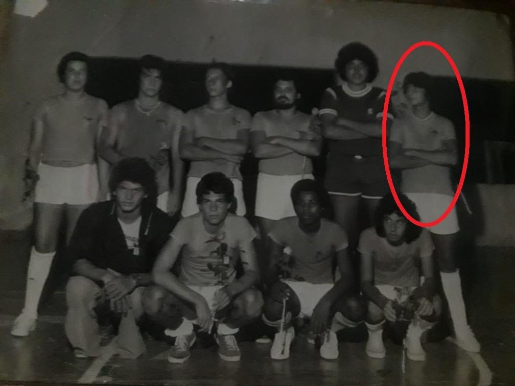 Maneco, segundo à esquerda de pé, e Marcos, no círculo vermelho, nos anos 80 (Foto: Arquivo Municipal FC)