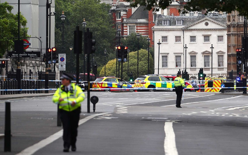 Policiais nas ruas interditadas próximas ao Parlamento britânico (Foto: Hannah McKay / Reuters)