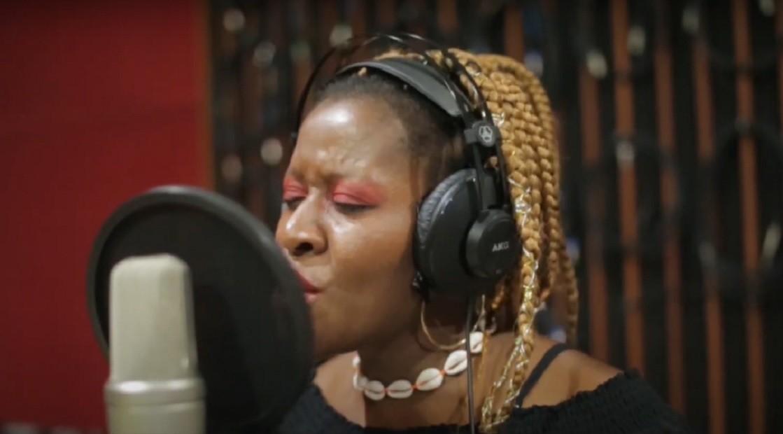 Cantora nigeriana lança álbum em parceria com banda baiana e faz show virtual no Teatro Gamboa; veja programação