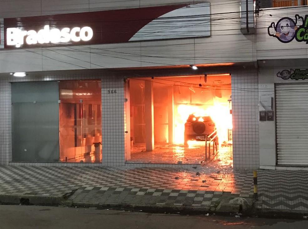 Segundo moradores de Carpina, motorista invadiu agência bancária pouco depois das 18h  (Foto: Reprodução/WhatsApp)