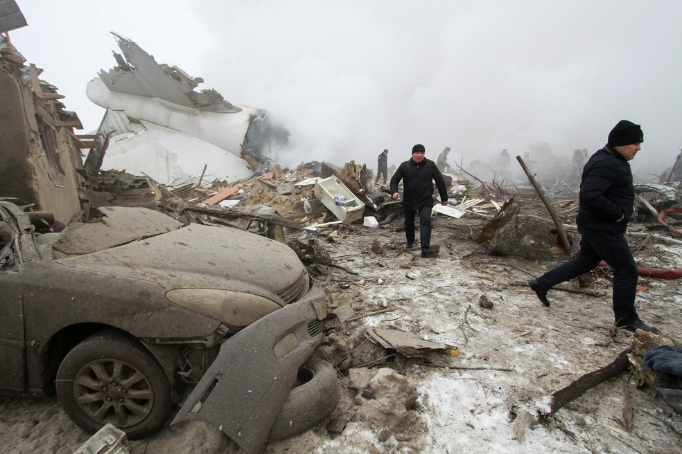 Equipe de resgate trabalha no local da queda de um avião de carga turco, um vilarejo próximo ao aeroporto de Manas, no Quirguistão (Foto: Vladimir Pirogov/Reuters)