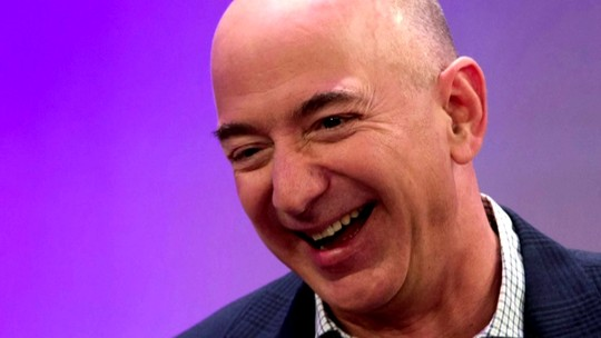 Jeff Bezos é premiado por iniciativas de exploração espacial e come iguana em jantar de gala