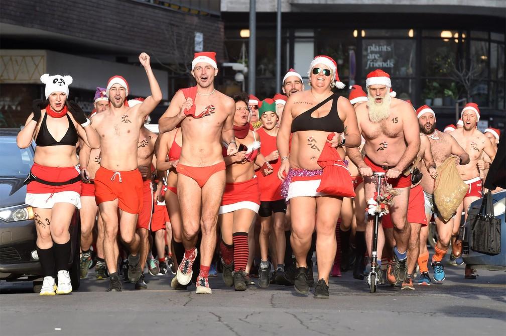 Grupo participa de corrida beneficente natalina usando gorros de Papai Noel e pouca roupa no centro de Budapeste, na Hungria — Foto: Attila Kisbenedek/AFP