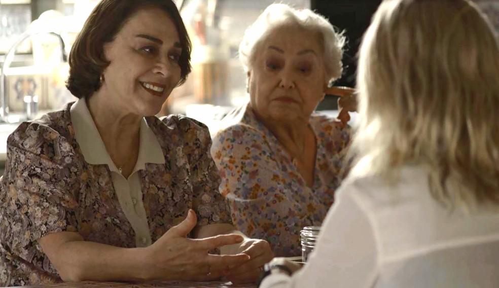 Evelina (Nívea Maria) acoberta Josiane (Agatha Moreira) para a polícia e Marlene (Suely Franco) estranha, em 'A Dona do Pedaço'  Foto: Globo