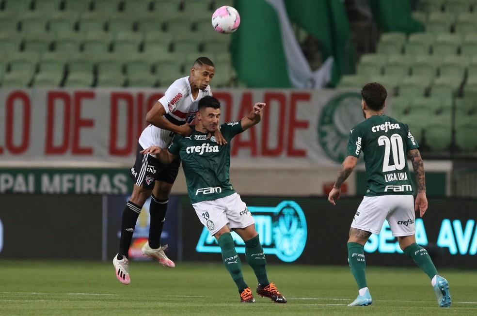 Bruno Alves, do São Paulo, divide bola em confronto contra o Palmeiras — Foto: Rubens Chiri / saopaulofc.net