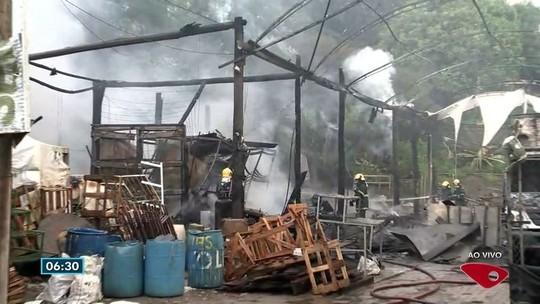 Incêndio atinge floricultura e destrói garagem e galpão com vasos em Vitória